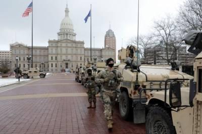 К зданию парламента Мичигана пришли десятки людей с оружием