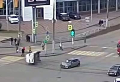 В Челябинске полицейский автомобиль перевернулся после столкновения с легковушкой