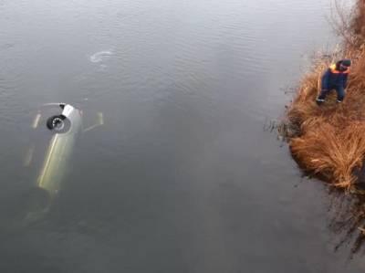 В Челябинской области машина с водителем сорвалась с моста в реку