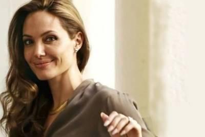 Помолодевшая Джоли с шикарным макияжем засветила тату, которое набила специально для приемного сына: кадры