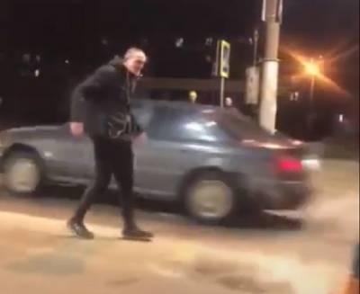 Хулиган бегал по проезжей части и нападал на автомобили (видео)