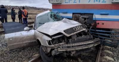 На Донбассе пассажирский поезд врезался в легковушку (фото)