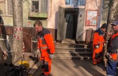 Плита просела около входа в подъезд на Сельскохозяйственной улице в Москве
