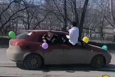 В Новосибирске полиция ищет участников свадебного кортежа с торчащими из окон гостями