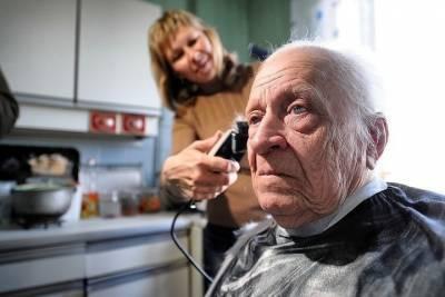 Пенсионеры могут постричься бесплатно в социальной парикмахерской
