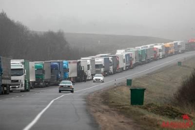 Огромные очереди сохраняются на границе с Литвой