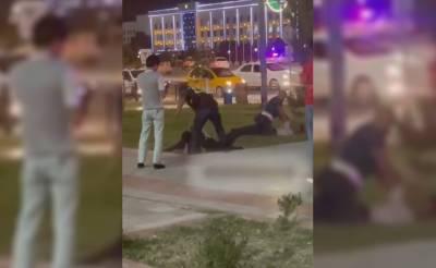 В Карши трое мужчин устроили драку с сотрудниками ППС